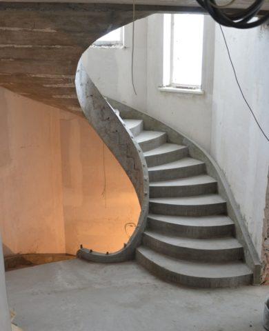 Сама по себе бетонная конструкция имеет довольно скучный вид