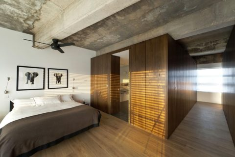 Спальня с бетонным потолком