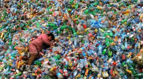 Свалка пластиковых бутылок
