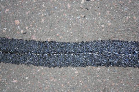 Своевременная заливка трещин в асфальте продлит срок его службы