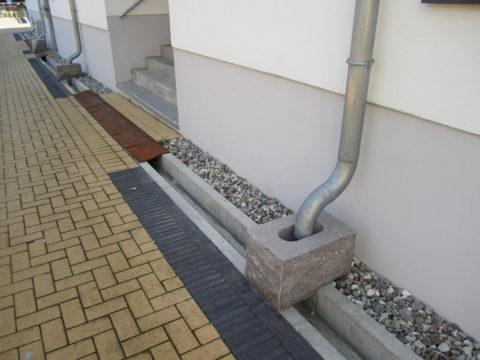 Так может выглядеть готовая система водостока в частном доме: осталось установить решётки