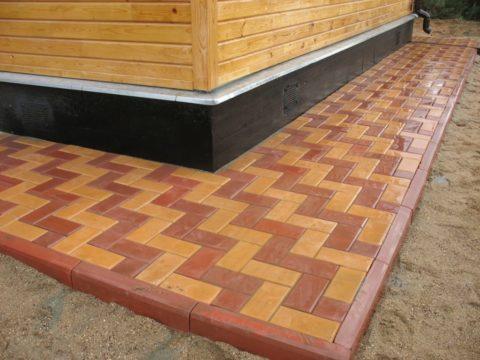 Тротуарная плитка на бетонной отмостке