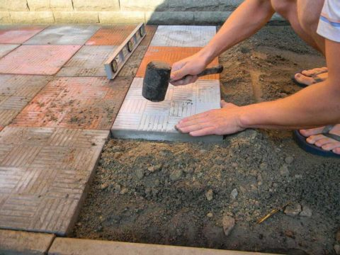 Укладка плит на цементно-песчаную подушку