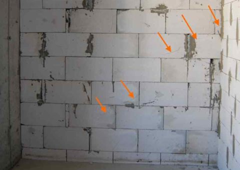 Усадочные трещины в блоках. Если бы на них уже была штукатурка, то и она бы покрылась «морщинками»