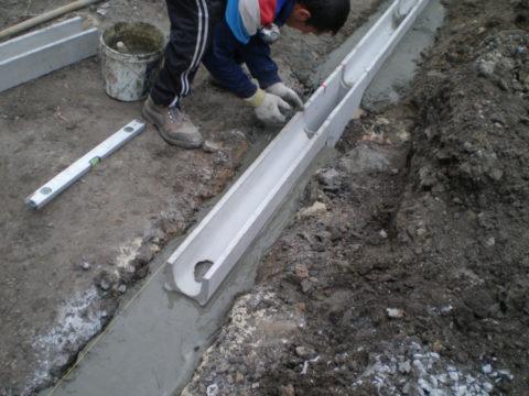 Установка бетонных лотков