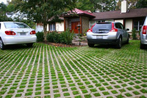 Устройство парковки при помощи бетонных решеток позволяет получить красивое и прочное место для стоянки автомобилей