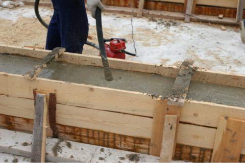 Вибратор делает бетон более плотным и снижает риск образования раковин