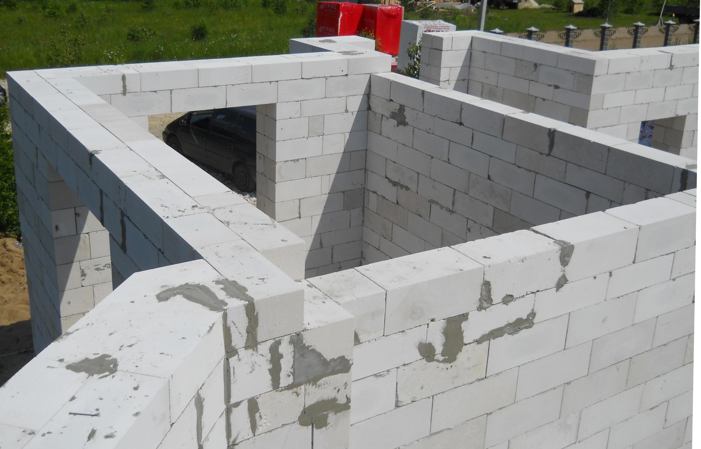 Строящееся из пеноблоков здание
