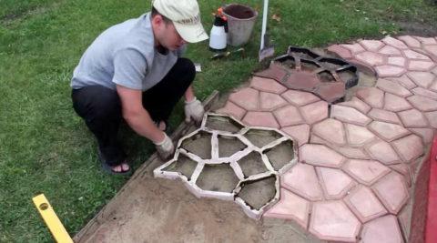 Заливка бетона в формы