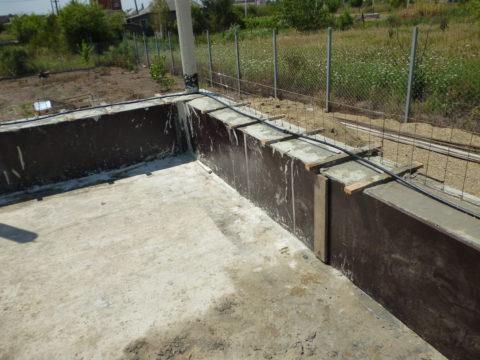 Заливка стен пенобетоном в съемную опалубку из ламинированной фанеры