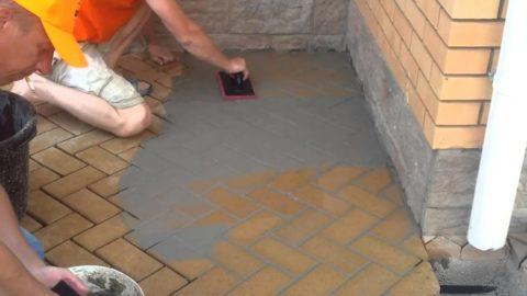 Заполнение швов между плитками бетонным раствором