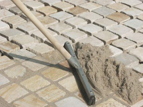Заполнение швов смесью цемента и песка