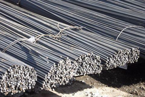 Для укрепления бетонных свай используется стальная арматура