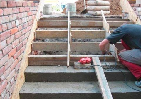 Если позволяет ситуация, старые ступени лучше демонтировать иоформить новую монолитную заливку