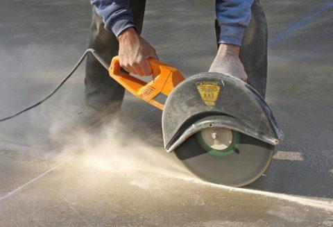 Использование болгарки при резке бетона
