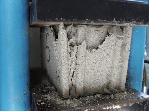 Испытание образца бетона напрочность
