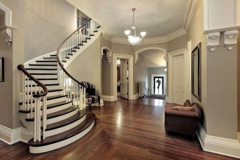 Красивая бетонная лестница, облицованная деревом