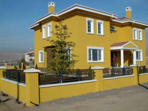Красиво окрашенный фасад дома