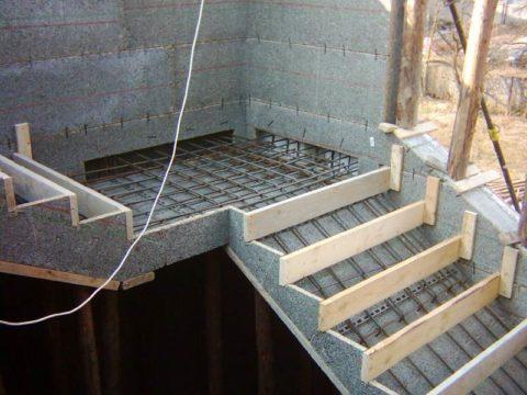 На фото – качественная опалубка для внутренней лестницы