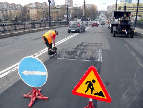 Нафотопредставлены предупреждающие знаки ведения дорожного строительства иобъезд