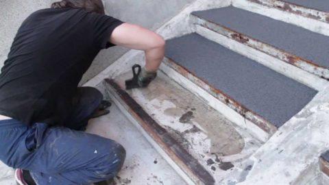 Нафоторебро бетонных ступеней усилено металлическим уголком