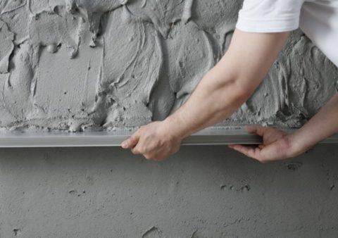 Нафотовыравнивание поверхности штукатурным раствором при помощи движения правила снизу вверх