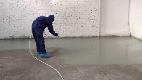 Нанесение материала распылителем – самый экономный способ окрашивания