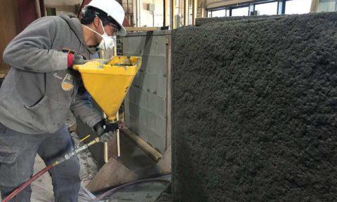 Нанесение сейсмостойкого бетона на стену