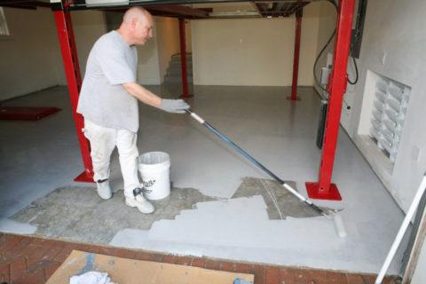 Наносить краску на бетонную поверхность удобнее фасадным валиком с длинной ручкой
