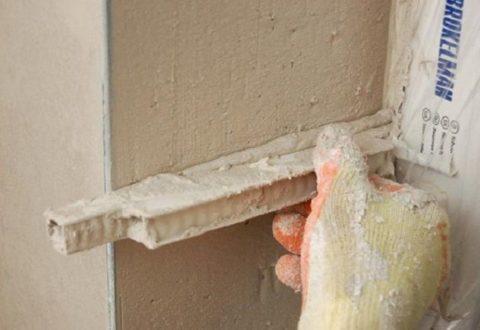 Необходимо выровнять уровень поверхностей дверного проема