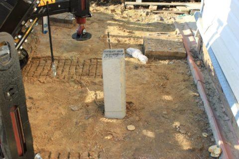 Одиночные сваи могут забиваться под легкие дополнительные постройки типа террас, или для установки капитальных заборов