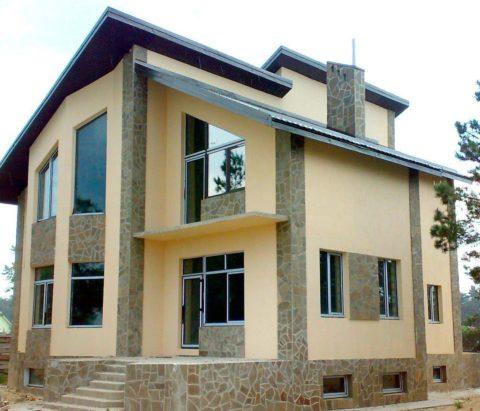 Оштукатуренный дом скомбинированной облицовкой