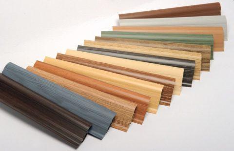 Пластиковые плинтуса могут быть окрашены вразные цвета иимитировать разные породы дерева