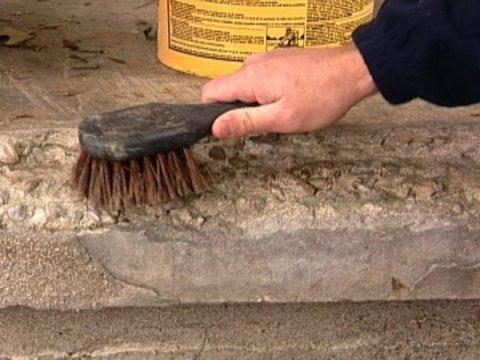 Слабые места бетонных поверхности следует очистить металлической щеткой