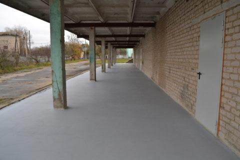 Технология окрашивания уличного бетона не отличается от внутренних работ