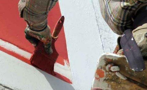 Углы иузкие места удобнее прокрасить кистью