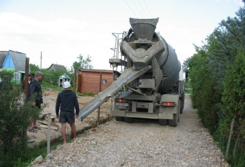 Выгрузка бетонной смеси в подготовленную траншею