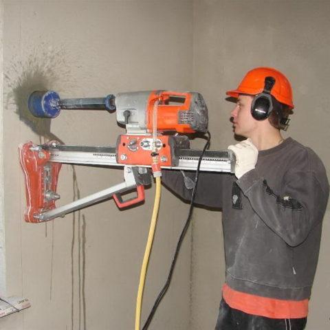 Выполнение отверстий вбетонной стене