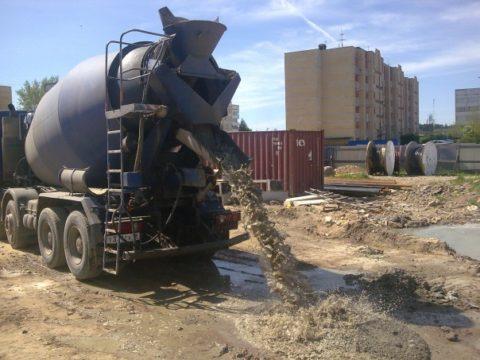 Автобетононасос, как работает: не самый эффективный способ распределения бетонной смеси
