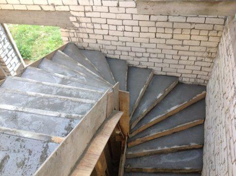 Формирование лестничного марша путем заливки бетона в опалубку