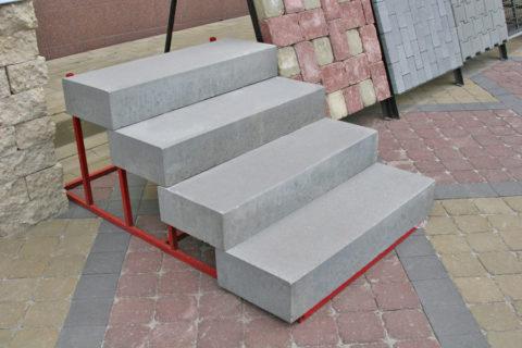 Можно использовать готовые бетонные блоки при строительстве лестниц комбинированного типа