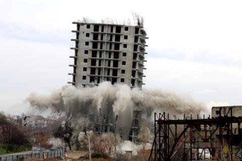 Нафото— снос здания спомощью технического взрыва