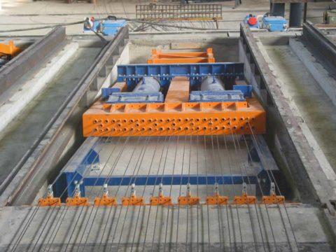 Прибор для напряжения бетонных изделий