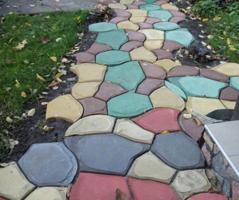 Разноцветные дорожки могут отлично вписаться в дизайн приусадебного участка