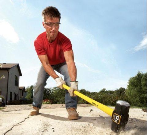 Самый бюджетный способ разрушить бетонную конструкцию— сломать еёвручную