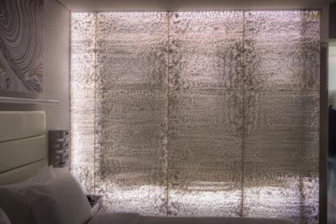 Стена изпрозрачного бетона винтерьере спальни
