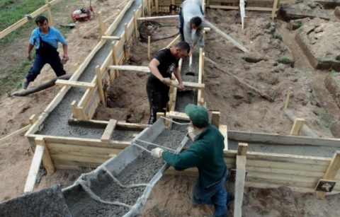 Укладка бетона вопалубку