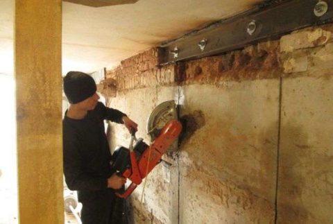 Выпиливание границ для ручного слома проема вбетонной стене