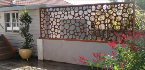 Забор бетонный с металлической декоративной панелью