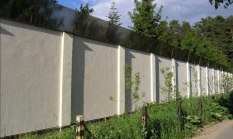 Забор монолитный из бетона с козырьком из поликарбоната